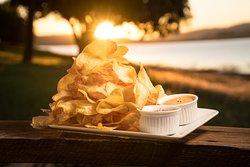 Chame toda a turma e venha curtir aqui no Píer. Experimente a porção de Batata Chips servida com Molho Cheddar e Molho Chilli.