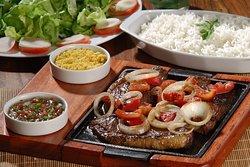 Contra Filé na chapa com acompanhamento de vinagrete, Farinha do Pará, Salada e Arroz, um almoço inesquecível!