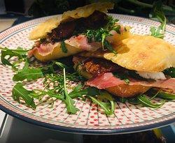 Ciabatta (pain frais à l'huile d'olive) garnis avec nos fromages et charcuterie maison et toasté... 6.5 à 8.5€!