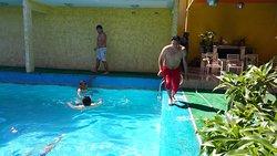 Aquí vemos a mis compañeros de viaje, divirtiéndose en la piscina... Al día siguiente después me empujaron y se mojo mi cámara... Jajajajaa... XD