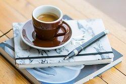 نُحضر الإسبريسو بأفضل أنواع القهوة المختصة و بإحترافية  و حُب..