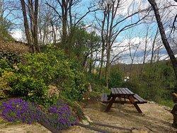 Table pique nique dans le jardin face au château de Castelnaud
