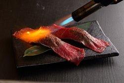 肉寿司は目の前でバーナーします