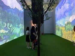 「2019深圳追光者—天才梵高築夢大展」 首次去華潤藝術中心美術館,還好這地方很好找。多個大光影互動體驗區和21梵高幅經典畫作成就無數打卡位,不枉我們特地來深圳追這永恆的光 最喜歡大會安排限制人流好讓參觀者置身現場時可有一刻獨享跟Van Gogh的美好時光