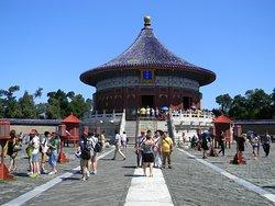 El Templo del Cielo, es el mayor templo de su clase en toda China. Construido en el año 1420 para adorar al dios del cielo, para promover la lluvia y evitar la sequía, favorecer el buen clima que beneficiaba a su vez las cosechas. Se encuentra en el centro de todo un parque conocido a su vez como el Parque del Templo del Cielo, con una extensión de unos 2.700.000 metros cuadrados, equivalente a unas 270 hectáreas, unas 3-4 veces la extensión de la Ciudad Prohibida.