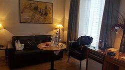 В гостиной есть балкон, диван и креста со столиком. Тут мы завтракали.