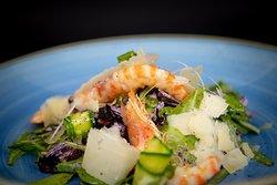 Estivo....Misticanza con zucchine croccanti  mazzancolle e parmigiano reggiano