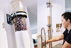 « Une eau pure », Le Bhajan Café dispose d'un système de filtre à eau « Alpha/Omega » où le spectre complet de la lumière se retrouve dans le robinet du Bhajan Cafe, pour votre santé et votre bien-être. La structure de l'eau A/O est ordonnée à un niveau subtil, de telle sorte qu'elle harmonise le corps et son champ énergétique. L'eau A/O est un véritable transformateur d'énergie permettant à nos cellules d'être plus vibrantes et saines.