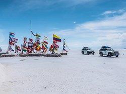 en la plaza de las banderas del Salar de Uyuni