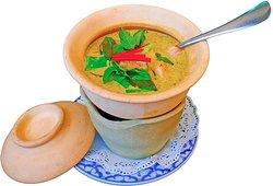 Grüner Curry  im Steintopf mit Shrimps oder Huhn