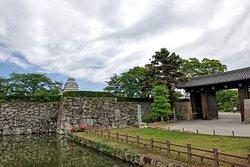 La porte d'entrée pour accéder au parc et château,  avec le château sur la gauche en arrière plan.