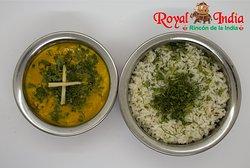 Mutton Korma with Rice Cubos de cordero en salsa amarilla a base de nueces con cebolla, mantequilla, crema de leche y especias de la India.