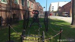 Ciekawy twór na terenie Muzeum Browaru niby motocykl