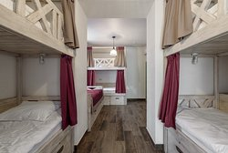 Спальные места на двухъярусных кроватях в общем номере для женщин
