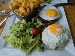 Steack à cheval, frites maison et salade