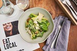 Салат с фермерским яйцом, индейкой и гренками