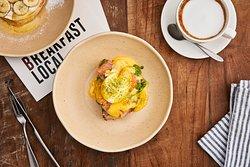 Яйцо Бенедикт на домашнем хлебе с авокадо и лососем гравлакс