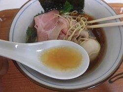 特製 四つ葉そばのスープ。濃い口醤油味。上品さがある。
