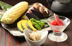 旬な食材を使い炭火で丁寧に焼き上げる、ぜいたくな時間をお過ごしください。