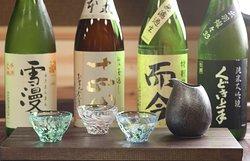 日本各地より取り寄せた日本酒は格別な味わいです。 ご来店いただくたびに新しい出会いをお届けします。