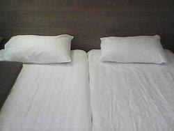 на каркасе двуспальной кровати почему-то два односпальных матраца, которые разъезжаются в разные стороны во время сна.