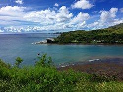 グアム島内ドライブ途中に必ず寄ると思われる、定番の観光スポットです。 高台にあり見晴らしが良い場所です。