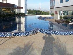 La piscine peu profonde et peu engageante.