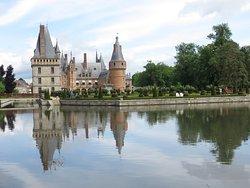 promenade au bord de l'Eure qui coule aux pieds du château