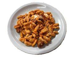 Malloreddus (gnocchetti sardi) fatti a mano e conditi con un sugo di pomodoro e salsiccia fresca, spolverata di pecorino.