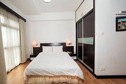 Phòng ngủ hiện đại với cửa sổ đón nắng