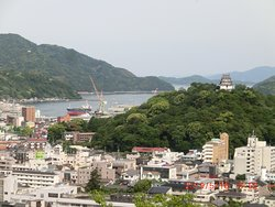Uwajima City in the southern part of Ehime Prefecture. Surrounded by mountains on the three sides it was very hard to travel there on land in olden days. The city abounds in history and brilliant people who have changed Japan in many ways.