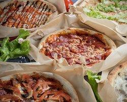 Большой выбор пицц по уникальным рецептам