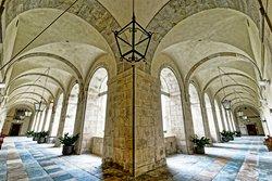 Säulenhalle im Inneren