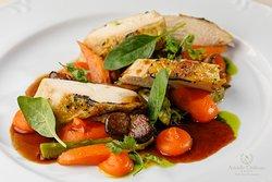 Kuracie suprème s hľuzovkou, mrkvové pyré, hliva ustricová,  špenát, jarná cibuľka  Chicken suprème with truffle, carrot purée, oyster mushroom, spring onion
