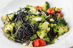 Domáce čierne cestoviny s brokolicou  Home-made black pasta with broccoli
