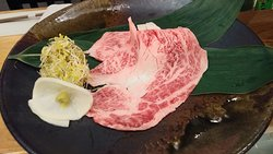 特上ロース(A5) 和牛の脂の甘みとコクの深い旨味を楽しむには最適の部位です! 雪塩でお召し上がり下さい
