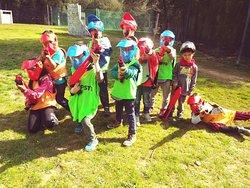 grupo de niños de 7/8 años jugando a paintball