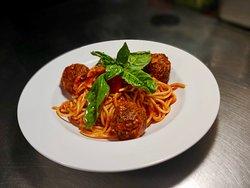 """Spaghetti con albondigas """"home made"""" en salsa roja"""