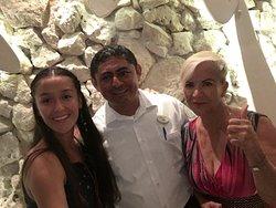 Es el responsable del restaurante El caribeño en el hotel Grand Park Royal de Cozumel El señor Emilio.una persona muy amable  y agradable . gracias por su atención. Realmente mi familia y yo quedamos encantados regresaremos..!!!