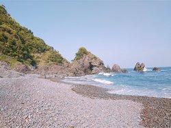 五色の浜 五色のきれいな砂礫の広がる浜辺