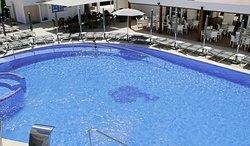 Panorámica de la piscina y terraza