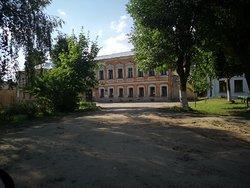 Рядом с краеведческим музеем