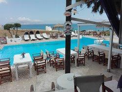 vista piscina e mare dai tavoli