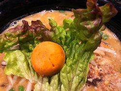 辛味噌ラーメン(固茹で玉子の黄身みたいな唐辛子バター)
