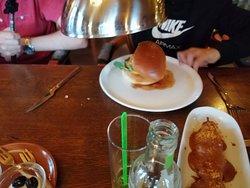 Pincho de pollo sate y hamburguesa