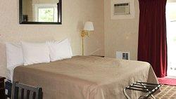 MH ColonialInn Ellsworth ME Guestroom KingEffiency