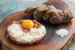 Тартар из фермерской говядины с пармезаном и каперсами