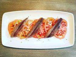 Tomate aliñado con sardina ahumada