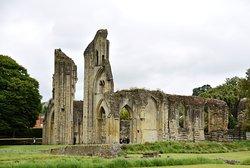 Glastonbury Abbey met graf van King Arthur.