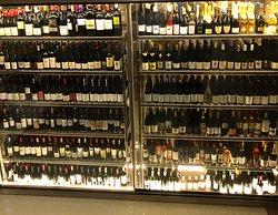 Cava refrigerada con selección de vinos nacionales e internacionales